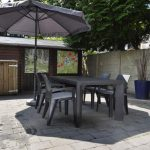 Zonnige tuin met parasol